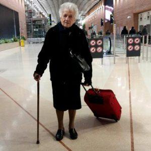 La signora Irma in una immagine tratta dal profilo Facebook della nipote Elisa Coltro. Trolley rosso in una mano, il bastone nell'altra, Irma Dallarmellina poteva essere scambiata per una viaggiatrice qualunque ieri sera all'aeroporto di Venezia. Non lo era. Perché Nonna Irma, 93 anni, stava partendo per il Kenya, destinazione un sperduto villaggio che accoglie anche orfanatrofio. La struttura è gestita da un missionario vicentino che lei adesso aiuterà per tre-quattro settimane, assieme alla figlia, che l'accompagna nel viaggio. FACEBOOK ELISA COLTRO +++ ATTENZIONE LA FOTO NON PUO' ESSERE PUBBLICATA O RIPRODOTTA SENZA L'AUTORIZZAZIONE DELLA FONTE DI ORIGINE CUI SI RINVIA +++