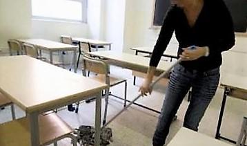 studente punizione pulisce scuola